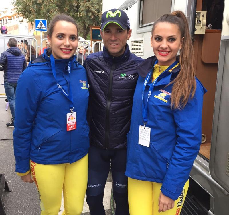 Alejandro Valverde y azafatas Plaqué